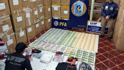Algo del dinero que los pesquisas encontraron en los allanamientos en San Rafael.