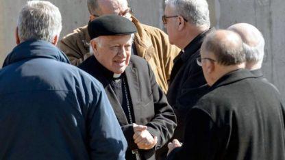 De frente, el arzobispo de Santiago, Ricardo Ezzati, en la mira por presunto encubrimiento.