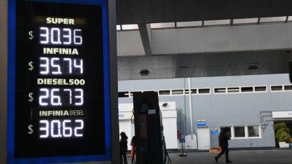 En la cartelería luminosa de las estaciones de servicio, se refleja la actualización de precios.