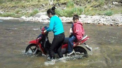 Tienen que cruzar las aguas de un río para ir a la escuela