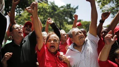 Un grupo de seguidores de Nicolás Maduro se manifestó frente al palacio de Miraflores para dar su apoyo al presidente.