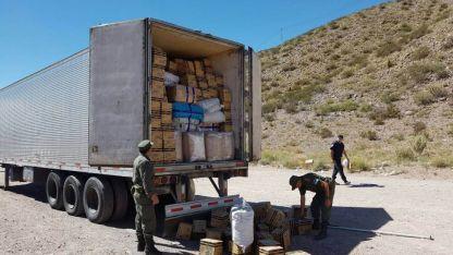 Tres camiones fueron abandonados en el corredor trasandino, cargados con mercaderías de fabricación china.