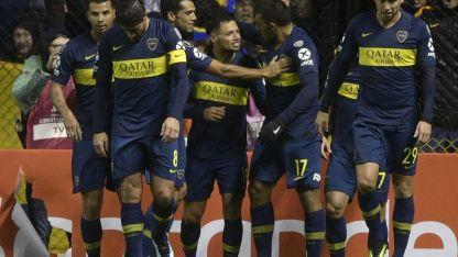 Zárate y Ábila festejan los goles de Boca.
