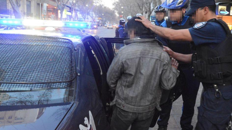 Dos chicos de 13 años intentaron robar con la réplica de un arma en Junín y los detuvieron