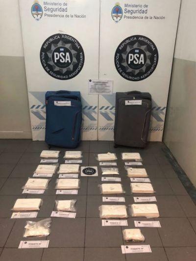Video: un brasileño quiso viajar con más de 15 kilos de cocaína y fue detenido en Ezeiza
