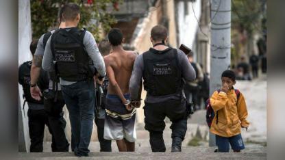 La policía lleva detenidos a dos delincuentes en Río.