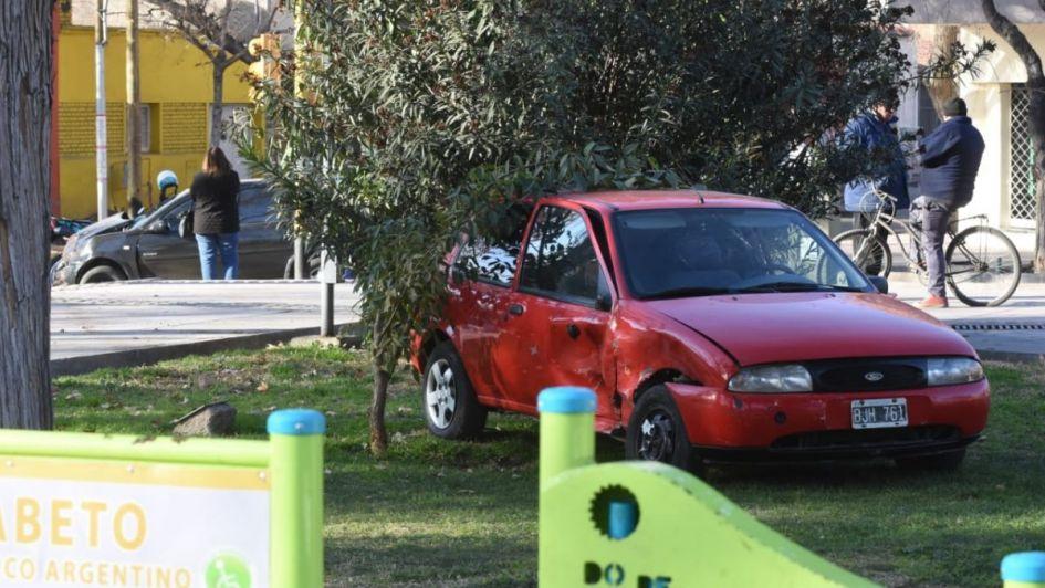 Chocaron dos autos en la Cuarta Sección y uno terminó entre los árboles de la plaza Cobos