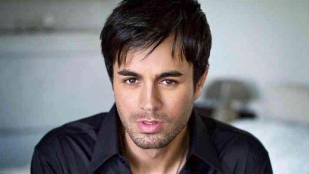 Enrique Iglesias en la mira: manoseó a una cantante y besó a una fan