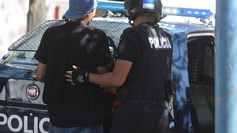 Un joven con prisión domiciliaria atropelló a uno de los policías que lo perseguían