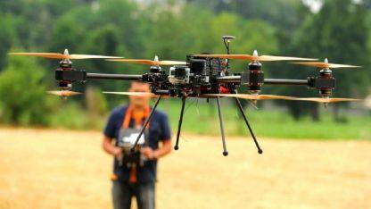 En Francia, usan francotiradores y entrenan águilas para derribar drones sospechosos.