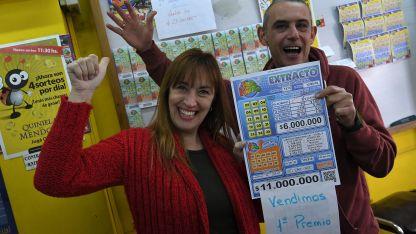 Marcela y Javier muestran el cartón de la suerte. Hasta ayer no se conocía a la persona afortunada que lo compró.