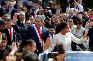 El presidente Mario Abdo junto a su esposa, tras jurar.