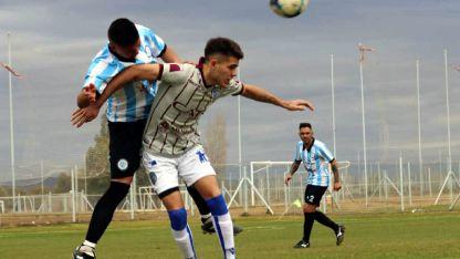 Molina, autor del gol del Tomba, es marcado por Costanzo, de Argentino.