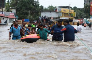 Los rescatistas llevan pobladores aislados por el agua a unos 2.000 refugios preparados especialmente. Las lluvias seguirán.