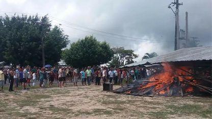 Residentes de Pacaraima queman uno de los principales campamentos improvisados.