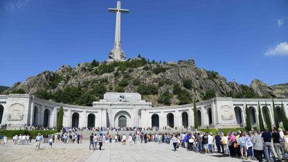 Los visitantes visitan el Valle de los Caídos.