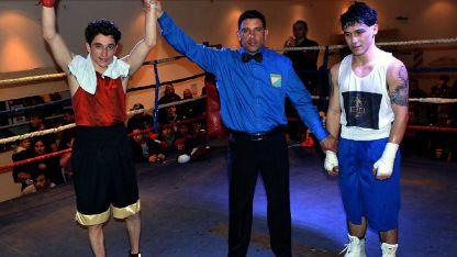 El árbitro levanta las manos al ganador, luego de imponerse a Carlos Marelli.