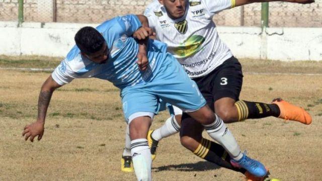 Jonathan Guna (3), autor del tanto del gol de Palmira  y figura del encuentro, le comete falta a Leandro Valenti, del Celeste.
