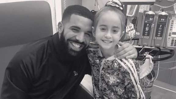 Drake visita a una niña en un hospital de Chicago