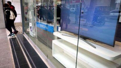 Varias vidrieras de la ciudad de Mendoza lucieron sin precios en su estanterías ayer.