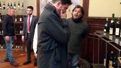 Enrique Lucero y Pepe Monje charlan sobre una de las escenas.