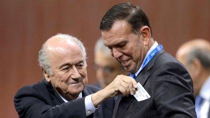 Joseph Blatter, ex presidente de FIFA, y el paraguayo Juan Ángel Napout, quienes hoy están condenados por corrupción.
