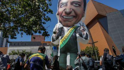 Seguidores de Bolsonaro inflaron un globo con su figura en la puerta del hospital.
