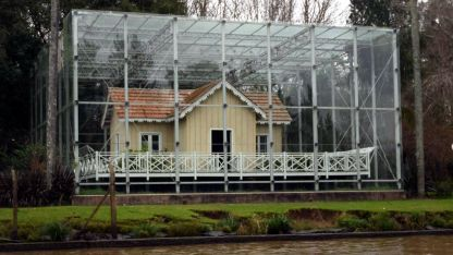 El municipio de Tigre resguarda con vidrio la casa, que funciona como biblioteca y museo.