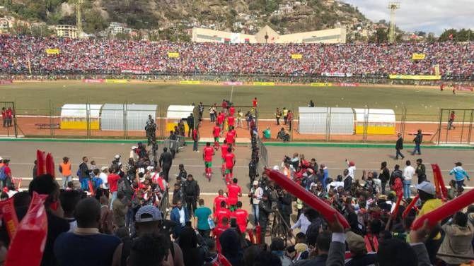 Un muerto y decenas de heridos en partido de fútbol