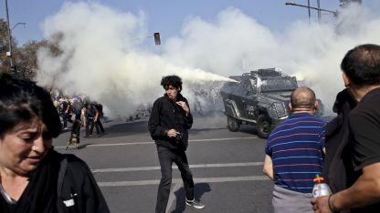 Manifestantes son reprimidos con gases mientras protestan frente al cementerio general a 45 años del golpe.