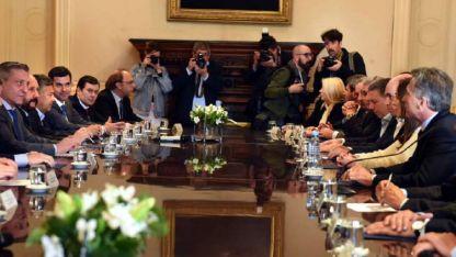 (Casi) Todos en la mesa. En la reunión en el Salón Eva Perón estuvo el gobernador Cornejo.