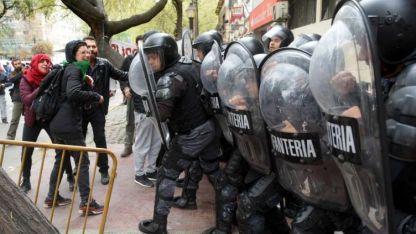 La Infantería se enfrentó con manifestantes en la puerta.