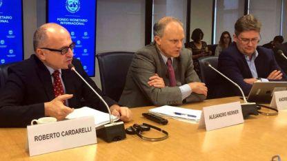 A la izquierda Roberto Cardarelli, el jefe de la misión del Fondo.