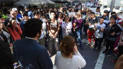 Familiares de las víctimas se manifestaron ayer en la Peatonal contra la venta del Próvolo.