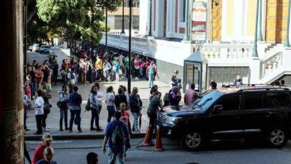 El chavismo lanzó un plan para que la gente regrese, pero las colas por pasaportes siguen.