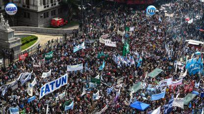 Todas las organizaciones docentes del país, representadas en la marcha entre el Ministerio de Educación y el Congreso.
