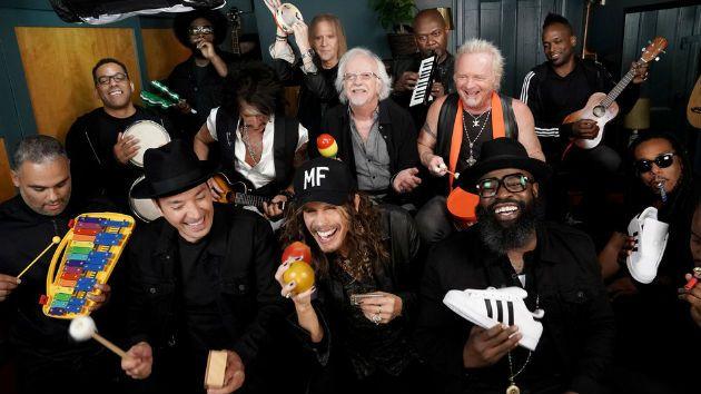 Con instrumentos de juguete, Jimmy Fallon y Aerosmith tocaron
