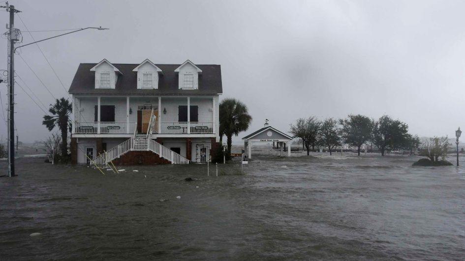 El huracán Florence ha dejado al menos cuatro muertos y pierde fuerza al tocar tierra