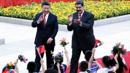 Nicolás Maduro (der.) junto a Xi Jinping. Juntos visitaron el mausoleo de Mao Zedong.