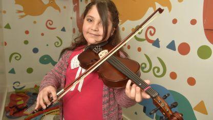 """Camila Zingariello con el violín que recibió para su cumpleaños. """"Me gusta tanto la música como leer"""", comentó."""