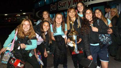 Las chicas posaron alegremente en la terminal de la vecina provincia, antes de emprender el regreso a Mendoza.