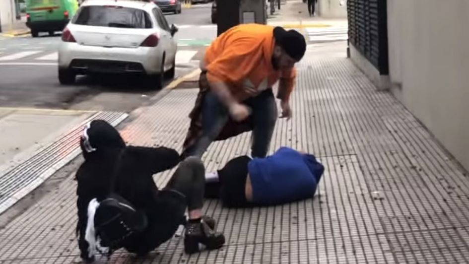 Un youtuber se grabó dándole una paliza a un colega