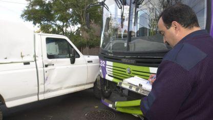 La foto muestra la colisión entre dos vehículos en calle Arenales, Guaymallén.