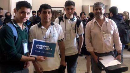 Nicolás, Omar, Exequiel y el profesor Humberto, coordinador del equipo maipucino.