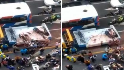 El conductor se negó a dejar el vehículo y con ayuda de los transeúntes lo bajó de la grúa y se fue del lugar.