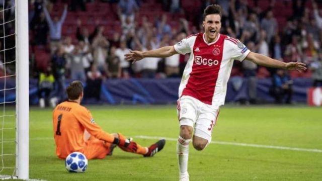 En el primer gol el ex defensor de Independiente apareció como un delantero de área y definió perfecto.