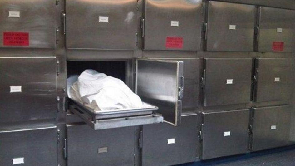 Despierta en la morgue y regresa a la fiesta donde 'murió'