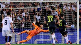 Pjanic convierte uno de sus dos goles de penal.