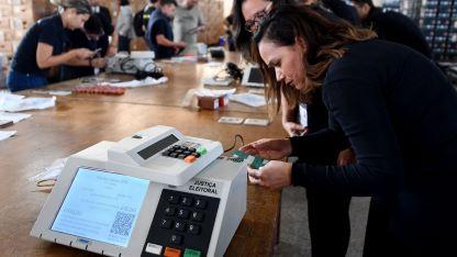 El Tribunal Electoral en Brasilia ya prepara las urnas, a menos de dos semanas de unas presidenciales que harán historia.