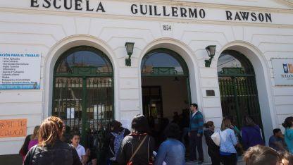Padres autoconvocados se reunieron ayer en la puerta de la histórica escuela de Godoy Cruz.